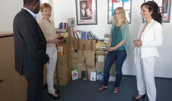Bücherspende an den Berliner Büchertisch